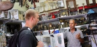 Lars Nordgaard i samtale med den jødiske butikkeieren David Yashar. (Foto: Bjarte Bjellås)
