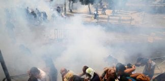 Flere tusen muslimer deltok i opptøyene fredag. (Skjermdump: Twitter)