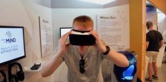 Magnus Mathisen forsøker VR-briller for første gang. Mange israelske oppstartsbedrifter satser på den nye teknologien.