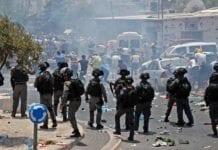 Politiet måtte bruke tåregrass for å spre demonstrantene. Flere tusen deltok i de voldelige opptøyene. (Foto: Skjermdump Twitter)
