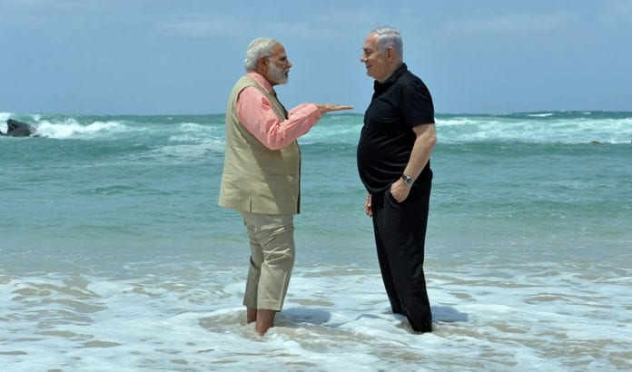Indias statsminister Narendra Modi og Israels statsminister Benjamin Netanyahu på stranden til Middelhavet under et besøk i et av Israels avsaltingsanlegg. (Foto: Kobi Gideon, GPO)