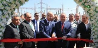 Den palestinske statsministeren Rami Hamdallah og den israelske energiministeren Yuval Steinitz klippet snoren under åpningen av den nye transformatorstasjonen. (Foto: Yossi Weiss)