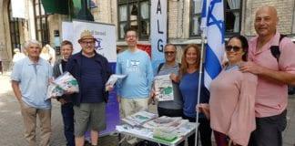 MIFF Trondheim fikk besøk av fire israelere (fire til høyre) på stand lørdag 29. juli. Fra venstre Søren Andersen, Robert Johnstad, Knut Willy Johnsen og Christian Haraldsen fra MIFF Trondheim. (Foto: Geir Knutsen, MIFF)