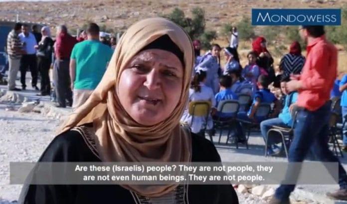 «Israelerne er ikke folk, de er ikke en gang mennesker,» sier en kvinne i landsbyen som satte opp en brakkeskole ulovlig sammen med Flyktninghjelpen. (Skjermdump fra Mondoweiss/ YouTube)