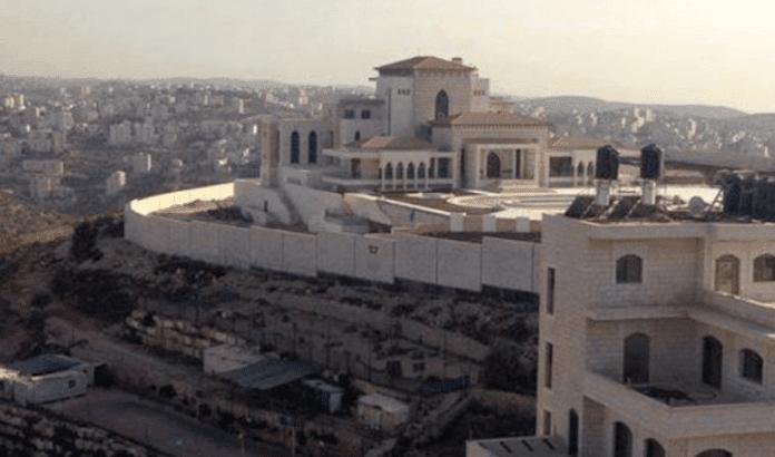 Mahmoud Abbas tør ikke flytte inn i det nye palasset på grunn av frykt for protester. Nå blir det bibliotek istedenfor. (Foto: Facebook)