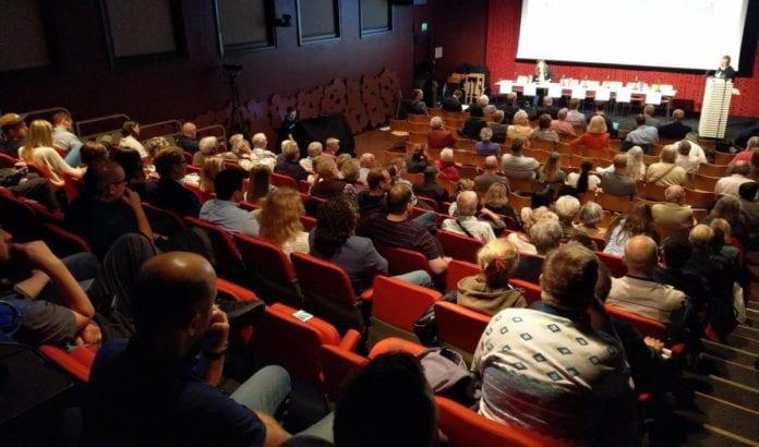Publikum lytter til kveldens første innlegg på MIFF Oslos debattmøte. (Foto: Kjetil Ravn Hansen)