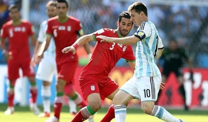 Iranske Haji Safi i duell med Lionel Messi i en kamp mot Argentina i 2014. (Foto: Wikipedia)