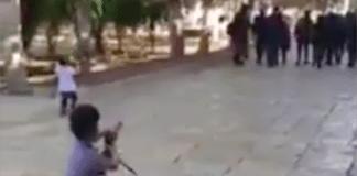 Tre palestinske barn leker at de skyter israelske politibetjenter. (Foto: Skjermdump video)