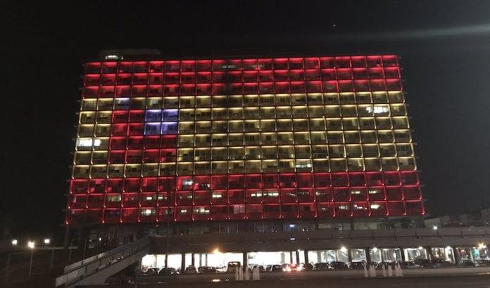 Rådhuset i Tel Aviv lyssatt som det spanske flagget i sympati med terrorofrene. (Foto: Twitter)