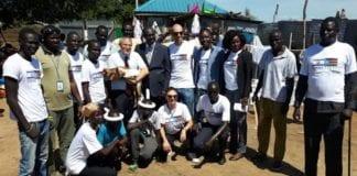 Israels ambassadør til Sør-Sudan, Hanan Goder, med lokale myndigheter og humanitære organisasjoner. (Foto: Den israelske ambassaden i Sør-Sudan)