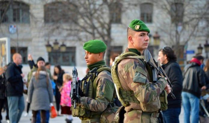Soldater beskytter det populære turiststedet Notre Dame i Paris. (Foto: Bill Smith/Flickr)
