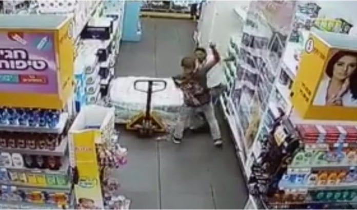 Overvåkningsbilder viser hvordan terroristen angrep butikkmedarbeideren og stakk ham gjentatte ganger med kniv. (Skjermdump fra overvåkningsvideo)