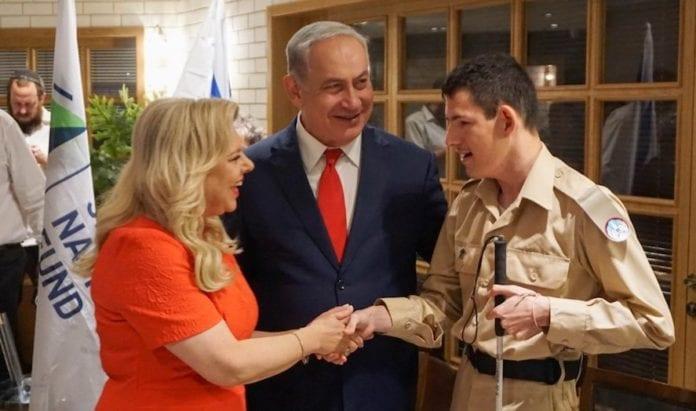 Sara og Benjamin Netanyahu gratulerer Daniel Defur med å ha oppnådd drømmen. (Foto: Special in Uniform)