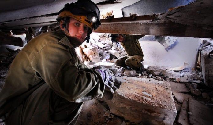 Israelske redningsmannskap øver på å redde personer fra ruinene etter et jordskjelv. (Illustrasjonsfoto: IDF)