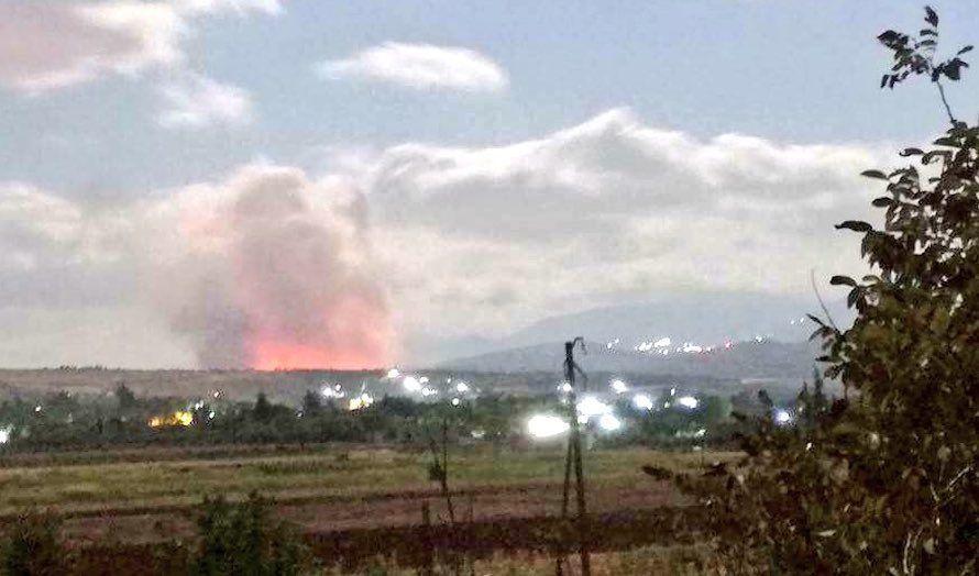 Det skal ha vært israelske jagerfly som bombet en våpenfabrikk nord i Syria. (Foto: Twitter)