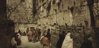 Menn og kvinner ved Vestmuren i Jerusalem. Bildet er tatt ved slutten av 1800-tallet. (Foto: Nasjonalbiblioteket)