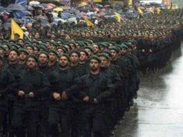 Hizbollah viser styrke under en parade. Terrorgruppen har titusenvis av soldater og over 100.000 raketter. (Foto: YouTube)