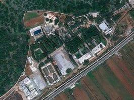 Israelske jagerfly skal ha bombet dette militære anlegget nord i Syria. Det mistenkes produksjon av kjemiske våpen på anlegget. (Foto: Google Earth)