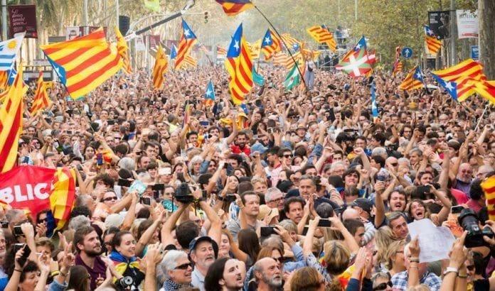 Titusenvis av katalanerne feiret nylig at regionen erklærte uavhengighet fra Spania. (Foto: Jordi Ventura Plans/Flickr)