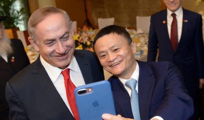 Grunnlegger av Alibaba, Jack Ma, tar en selfie med Israels statsminister Benjamin Netanyahu. (Foto: Him Tzach/Flickr)