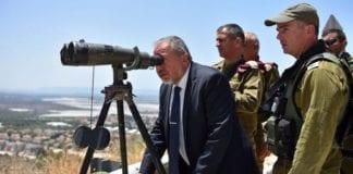 Forsvarsminister Avigdor Lieberman ser utover Israels nordlige grense. (Foto: Forsvarsdepartementet)