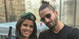 Den colombianske musikeren Maluma publiserte et bilde av seg selv med en kvinnelig israelsk soldat. (Foto: Instagram)
