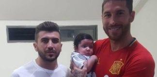 Den spanske fotballstjernen Sergio Ramos møtte lille Ramos, som mistet faren sin i et terrorangrep i sommer. Til venstre hans onkel Hosam Sitawe. (Foto: Privat)