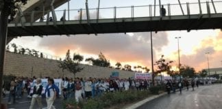 Rundt 30.000 israelske og palestinske kvinner deltok i fredsmarsjen i Jerusalem. (Foto: Women Wage Peace)