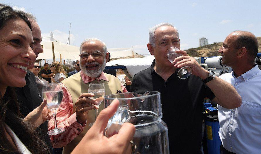 Israels statsminister Benjamin Netanyahu og Indias statsminister Narendra Modi drikker vann fra et av Israels avsaltningsanlegg. Men til tross for investeringer for flere titalls milliarder er det fortsatt mangel på ferskvann. (Foto: Kobi Gideon/Flickr)