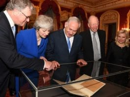 Theresa May og Benjamin Netanyahu studerer den orginale Balfour-erklæringen. Det gjør også Sara Netanyahu og etterkommere av Lord Balfour og Lord Rothschild. (Foto: Kobi Gideon/Flickr)