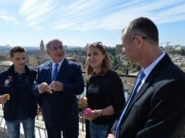 De rumenske turistene Mihai Georgescu (t.v.) og Ioana Isac fikk en overraskende start på Israel-ferien. De fikk en personlig omvisning i Jerusalem av statsminister Benjamin Netanyahu. Til høyre turistminister Yair Levin. (Foto: Kobi Gideon/Flickr)