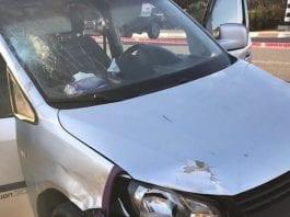 En terrorist kjørte på en 70-åring og en 35-åring med denne bilen. Etterpå forsøkte han å angripe soldater med kniv. (Foto: IDF)