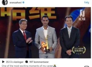 Eran Zahavi mottar Gullstøvelen etter å ha blitt kåret årets spiller i Kina. (Foto: Instagram)