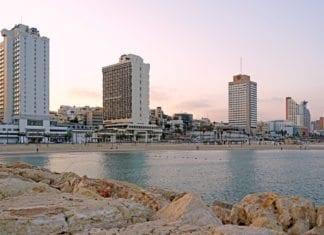 Turoperatører sliter med å finne nok ledige hotellrom i Israel. Her fra hotellene lands stranden i Tel Aviv. (Foto: Dennis Jarvis/Flickr)