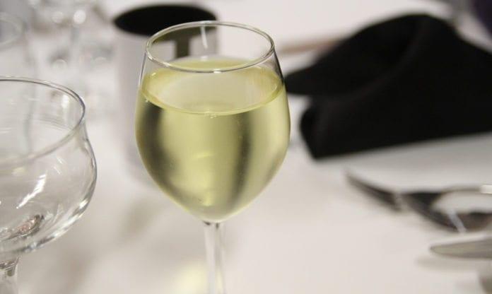 Med en sirup kan Sodastream-maskinene nå gjøre vann om til vin. (Foto: Ryan Albrey/Flickr)