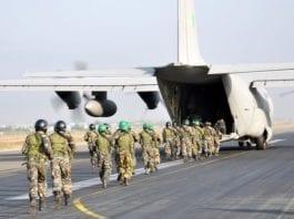 Indiske kommandosoldater border et indisk C130J-fly på vei til militærøvelse i Israel. (Foto: Det indiske luftforsvaret)