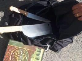 En palestiner ble pågrepet utenfor en israelsk bosetning med kniv, kjøttøks og koranen i sekken. (Foto: Politiet)
