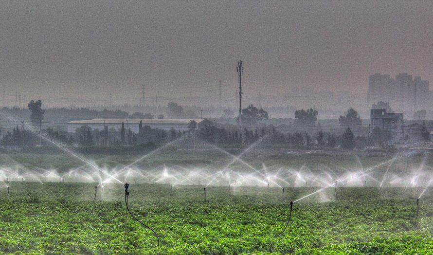 Vanning av jorder utenfor Tel Aviv. Forslag om vannrestriksjoner møtes med stor motstand av bønder. (Foto: Janie Easterman/Flickr)