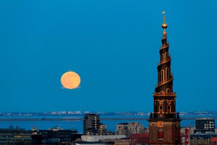 Vor Frelsers kirke sett fra tårnet på Christiansborg i København. (Foto: Stig Nygaard, flickr)