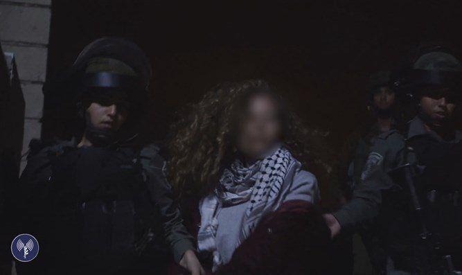 Ahed Tamimi blir pågrepet av sikkerhetsstyrker etter å ha slått og sparket på israelske soldater. (Foto: IDF)