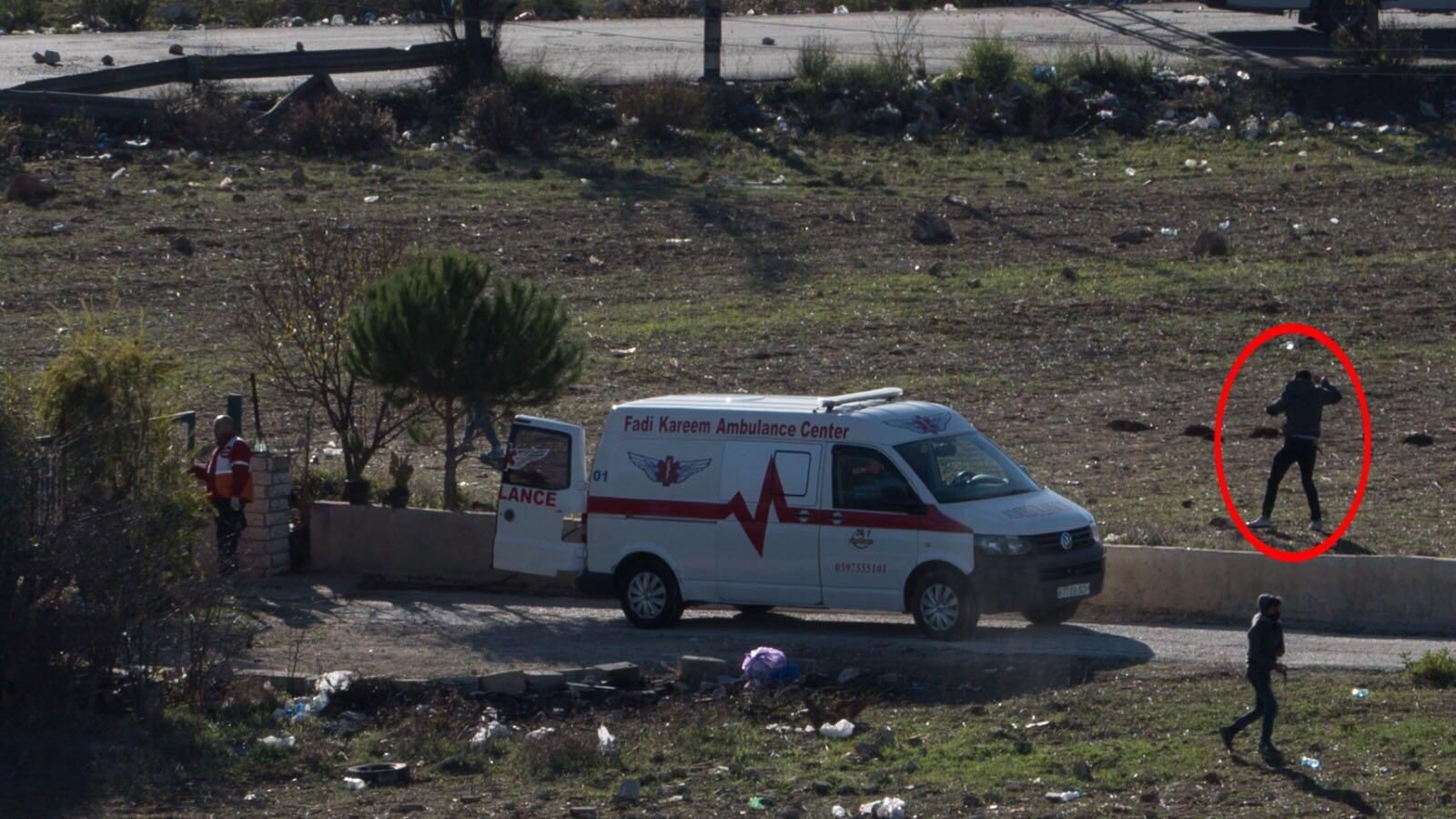 Palestinske steinkastere bruker ambulansen som skjold mens de kaster stein på israelske styrker. (Foto: IDF)