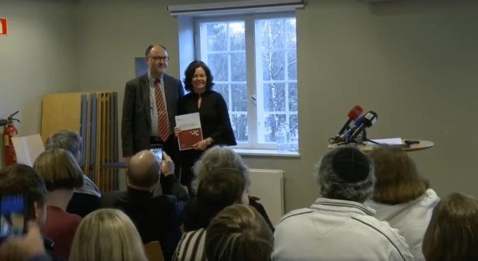 Christhard Hoffmann overrekker rapporten fra HL-senteret til inkluderingsminister Solveig Horne. (Foto: Skjermdump)