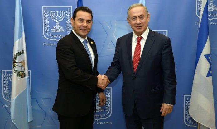 Presidenten i Guatemala, Jimmy Morales, i et møte med Benjamin Netanyahu i 2016. (Foto: Haim Zach/Flickr)