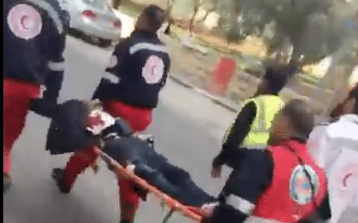 Terroristen blir fraktet bort etter å ha blitt skutt av sikkerhetsstyrkene. Han har fortsatt bombebeltet på seg. (Foto: Twitter)