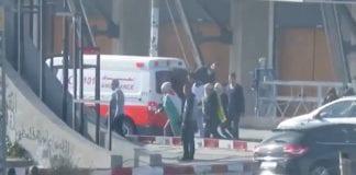 Palestinske demonstranter strømmer ut av en av Røde Halvmånes ambulanser. (Foto: Det israelske forsvaret)