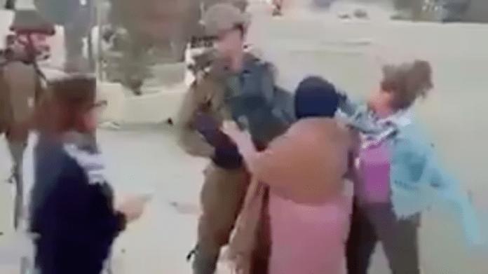 Her angriper de palestinske jentene de israelske soldatene med slag og spark. (Foto: Skjermdump video)