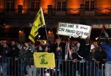 Da Israel-venner holdt en støttemarkering for Israel i Oslo 8. januar 2009 holdt noen av motdemonstrantene opp dette banneret. Teksten er en trussel om å gjenta Muhammeds massakre av de tre jødiske stammene i Khaybar. Det samme slagordet ble ropt i Oslo 22. juli 2017 og i Malmö 8. desember 2017. (Arkivfoto: Odd Østtveit)