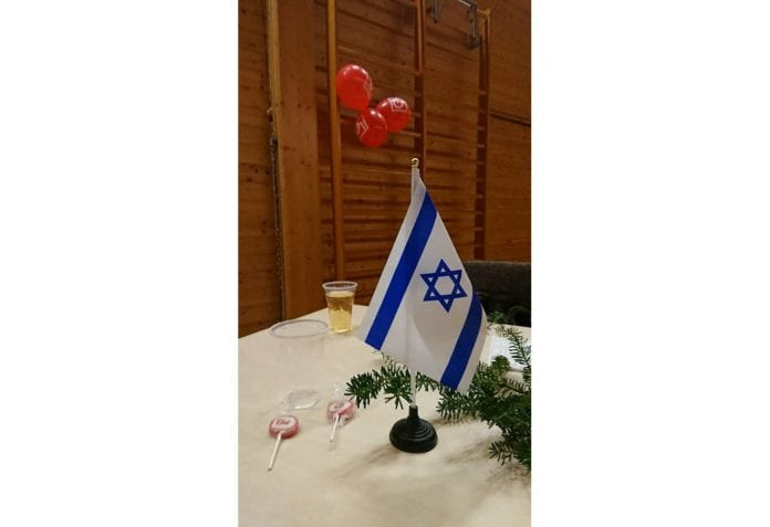 Det er ikke alle julebord i Fagforbundet og LO som er pyntet med israelske flagg. Men en Israel-venn satte ut dette på eget initiativ. (Foto: Privat)