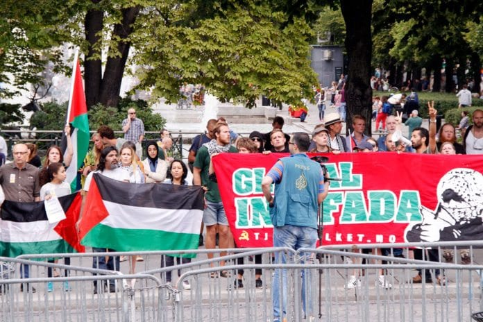 Pro-palestinske demonstranter tar til orde for «global intifada» i Oslos gater 10. august 2014.