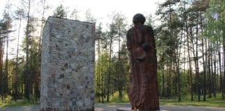 Minnesmerke ved den nazistiske tilintetgjørelsesleiren Sobibor i Polen. (Foto: Wikimedia Commons)